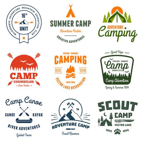 pirag�ismo: Conjunto de etiquetas de campamento retro vendimia y gr�ficos