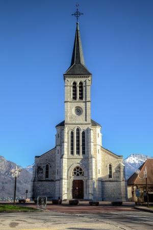 교회는 호수에 네시에 세 브리에의 프랑스 알프스 마을에서 이것은이 HDR 이미지입니다은 맑고 푸른 맑은 겨울 날에 백그라운드에서 알프스로 촬영