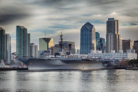 물에서 본 아침 USS 미드웨이 박물관, 샌디에고, 캘리포니아의 스카이 라인. 이것은 하나의 노출에서 HDR 이미지입니다. 에디토리얼