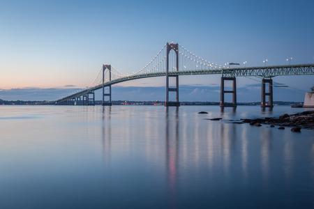 Jest to długi ekspozycji rano obraz Newport Bridge z Taylor Punkcie nieopodal Jamestown, Rhode Island, USA Zdjęcie Seryjne