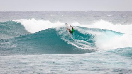 SUNSET BEACH, HAWAJE, USA - 2 grudnia: Surfer konkurujących w konkursie Pucharu Świata w konkursie Pucharu Świata w Sunset Beach na północnym wybrzeżu Oahu. Jest to drugi z trzech konkursów surfowania, a Conner Coffin zajął pierwsze miejsce.
