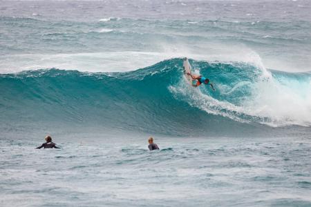 SUNSET BEACH, HAWAII, EE.UU. - 2 de diciembre: Surfer compiten en la competencia de la Copa del Mundo de Vans 2017 en Sunset Beach en la pintoresca North Shore de Oahu. Esta es la segunda de tres competiciones de surf y Conner Coffin tomó el primer lugar. Foto de archivo - 91222579