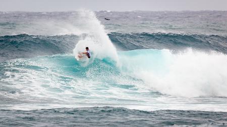 선셋 해변, 하와이, 미국 -12 월 2 일 : 2017 반 월드컵 서핑 비치 선셋 비치 오아후 섬의 경치가 노스 쇼에 경쟁에서 서퍼. 이것은 세 번의 서핑 대회 중 두 에디토리얼