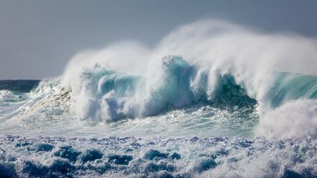 하와이의 Banzai 파이프 라인, 노스 쇼 어 오아후 섬의 해변 근처에서 강력하고 위험한, 파랑 및 아쿠아 웨이브가 깨졌습니다.