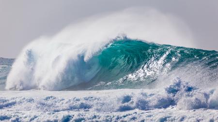 強力で危険な、青とアクアの波は、ハワイのバンザイパイプライン、オアフ島のノースショアのビーチの近くに壊れています。
