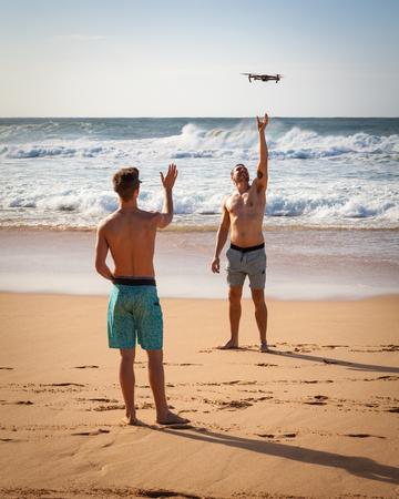 반 자이 파이프 라인, 하와이, 미국 -12 월 10 일, 2017 : 두 남성 해변가 비행 및 반 자이 파이프 라인, 노스 쇼 어, 오아후, 미국 해변에 사진 무인 항공기
