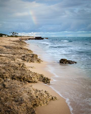 아름 다운 이발소 포인트 해변 공원 경치, 오아후, 하와이, 미국의 바위 해안선에 일몰 동안 긴 노출. 스톡 콘텐츠