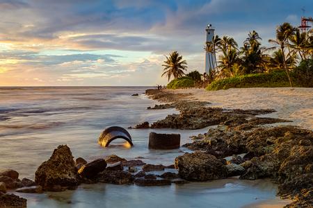 아름 다운 이발소 포인트 등 대 바다, 오아후, 하와이, 미국의 바위 해안선에 일몰시 긴 노출.