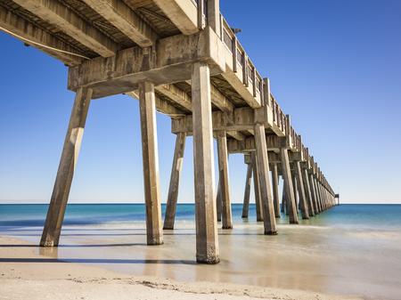 펜사콜라 비치 부두 (Pensacola Beach Pier)는 카지노 비치 (Casino Beach)에 위치하고 있습니다. 부두는 길이 1,471 피트이며이 지역에서 가장 좋은