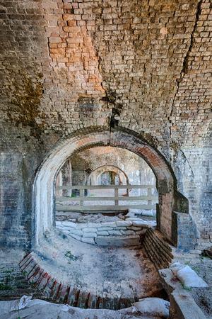 포트 피 켄 스 주립 공원의 유적입니다. 요새 피켄 스는 연안 공격으로부터 해안선을 보호하기 위해 남북 전쟁 동안 사용되었습니다.