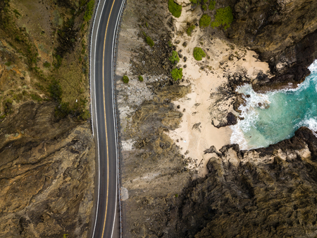 Scenic drone aerial seascape view of Halona Cove coastline and highway on Oahu, Hawaii, USA. 스톡 콘텐츠