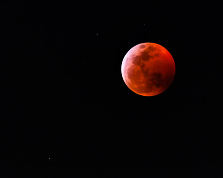 A photograph of the January 2019 super blood wolf moon lunar eclipse rising over Oahu, Hawaii. Stock fotó