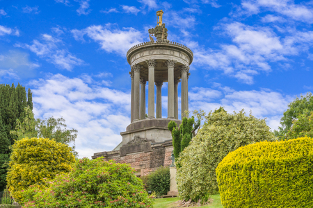 Burns Monument in the town of Alloway near Ayr set in the Burns memorial gardens on a clear day with blue skys unususal for Scotland. Banque d'images