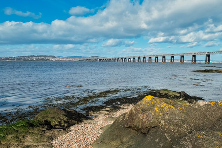 Tay Railway Bridge Dundee on a bright clear day in March in Scotland. Banque d'images