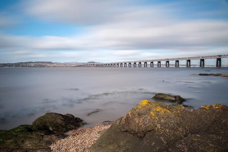Longue exposition du pont ferroviaire Tay à Dundee qui a un aspect doux pour donner un aspect éthéré. Banque d'images