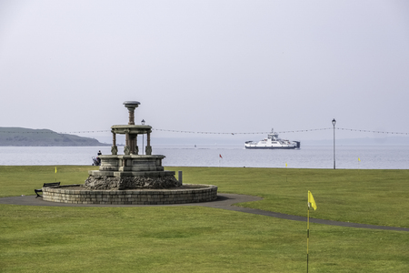 Mackerston Putting Green and the Cal-Mac ferry Loch Shira on an unusually warm day for the Easter week end. Banco de Imagens