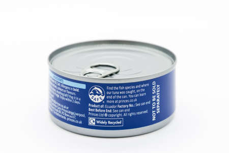 Irvine, Scotland, UK - March 08, 2020: Princes branded Tuna Chunks in sunflower oil recycling and 'Safe' fishing symbols displayed at edge of label. Can and lid are widely recycled across UK. 免版税图像 - 153231012
