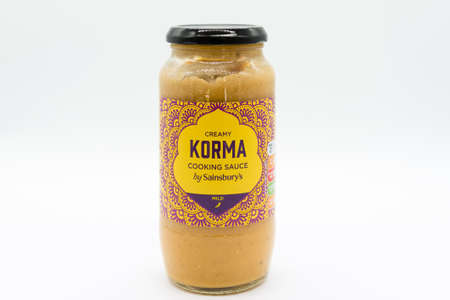 Irvine, Scotland, UK - March 08, 2020: Sainsbury's Branded Korma Cooking Sauce in a recyclable glass jar and recyclable metal lid. 新闻类图片