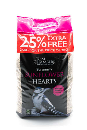 Irvine, Scotland, UK - January 09, 2021: Tom Chambers branded 2.5kg bag of sunflower hearts bird feed in a plastic bag displaying the standard please recycle symbol. 免版税图像 - 161917248