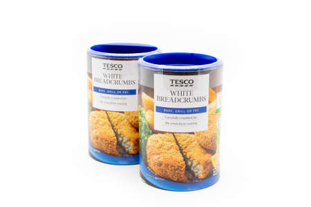 Irvine, Scotland, UK - January 09, 2021: Two cardboard tubs of Tesco branded white breadcrumbs in recyclable packaging and plastic top. 新闻类图片