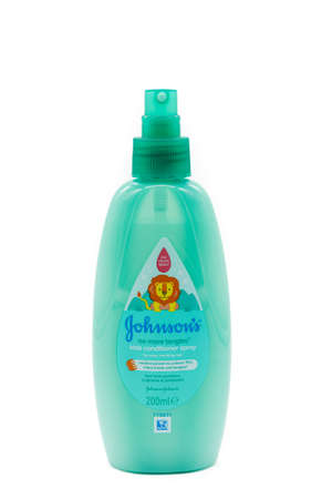Irvine, Scotland, UK - January 09, 2021: Johnson and Johnson branded kids hair product in a recyclable plastic bottle and plastic pump dispenser. 新闻类图片