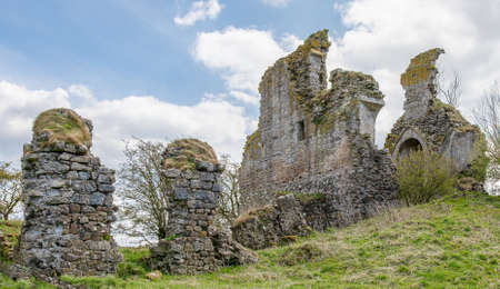 The ancient ruins of the once impressive structure and impressive ruins are situated about a mile and a half from the village of Craigie and are recognised as one of the earliest buildings in the country and thought to have been the birth place of William Wallace when the castle was owned by his grandfather. 免版税图像
