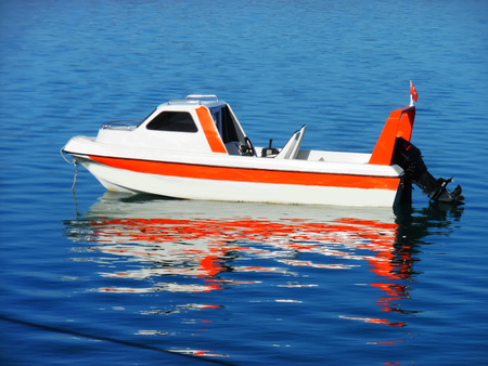 Shadow reflected in the water orange white boat - gã¶lg to the reflection in the water ± as orange and white boat