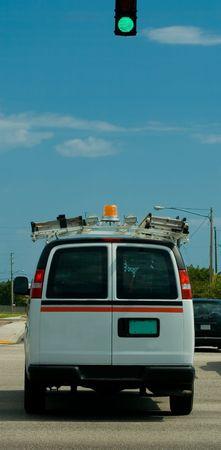 交差点を通過する作業車の背面図