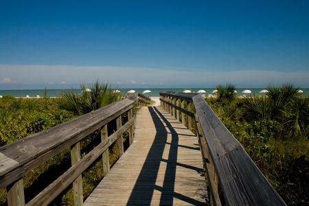 ビーチへ続く木製の橋 写真素材