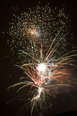 夜空が点滅し、firey カオスに火花、噴火し、トレイル