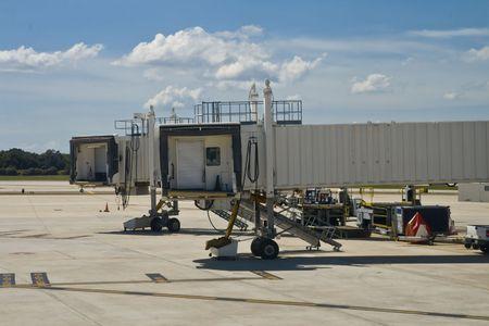空港 jetway 完全に伸ばしたドックに飛行機を待っています。