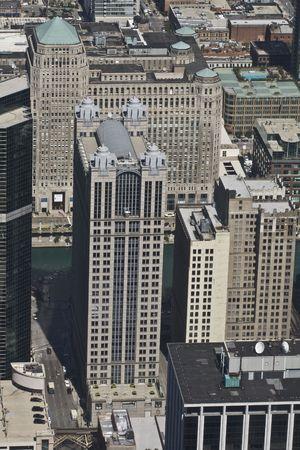 Vista desde arriba mirando hacia abajo a otros rascacielos y el Río Chicago  Foto de archivo - 1922295