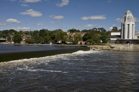 ダムの上を実行しているイリノイ州のフォックス川 写真素材