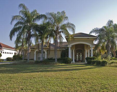 ストリートから芝生を望む大きな家