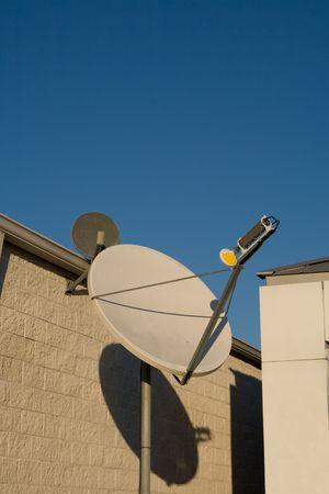 mounted: Satelliet schotel gemonteerd op pole poiinting hemelwaarts  Stockfoto