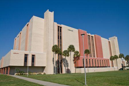 図書館の午後に大学キャンパスの建物 写真素材