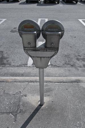 Parkeermeters in de stoep naast parkeerplaats