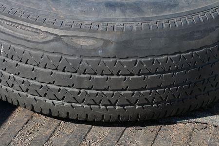タイヤのトレッド木製のデッキの上に敷設を着用
