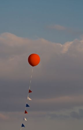 ライン上のフラグと曇っている背景に対して赤い風船