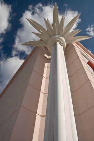 faux: Faux palma colonna sulla costruzione con vista cielo