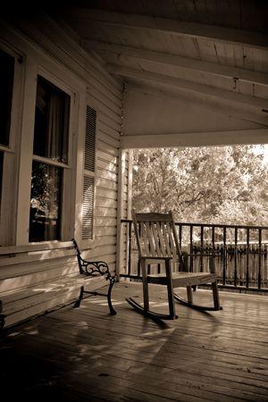 ロッキング椅子とベンチのある古い時間国ポーチもセピア