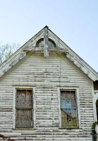 家の下、古い実行側の二階の窓を閉めきってください。