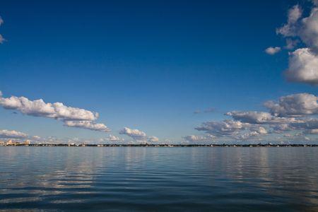 いくつかの雲と旧タンパベイの半ばの午後ビュー 写真素材