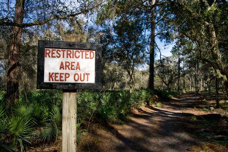 경로를 따라 숲의 제한 구역을 나타내는 표지판 스톡 콘텐츠