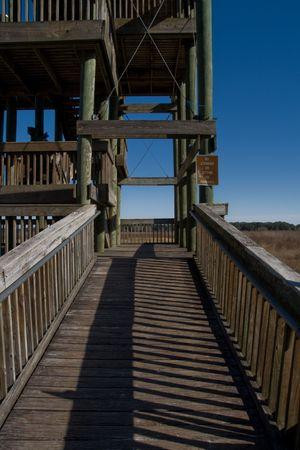 baranda para balcon: Rampa que conduce a una torre de observación en un parque con lakebed secos en el fondo y cielo azul