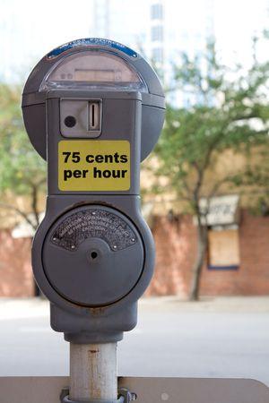 Close-up van een parkeer meter met overbelichte achtergrond (opzettelijke)