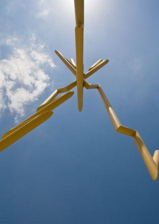 そのビームの 1 つによって隠された太陽と雷彫刻