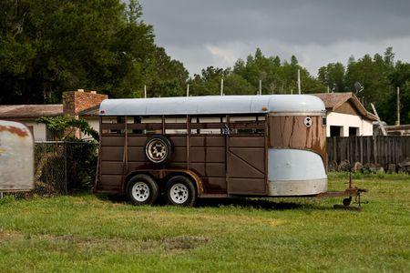 古い茶色の馬のトレーラー駐車小さな牧場で草上