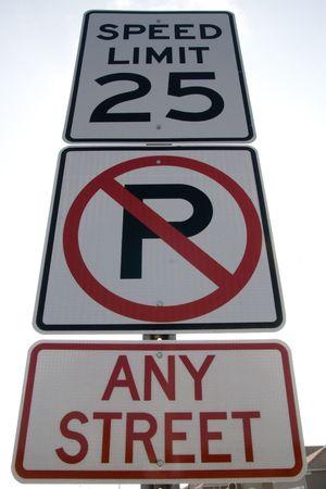 Verkeersborden bekeken van beneden, geen parkeer-en maximumsnelheid Stockfoto