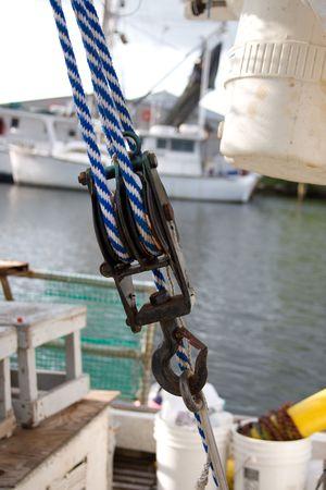 polea: Polea con cuerdas closeup en un barco